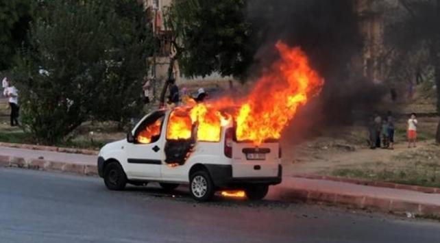 Sultangazide park halindeki araç yandı