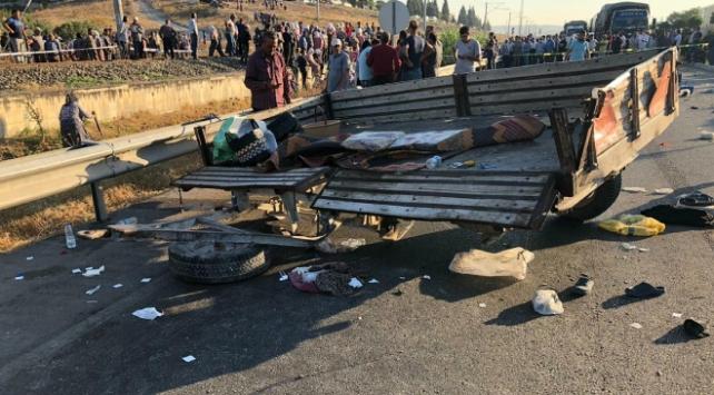 Manisada tarım işçilerini taşıyan traktörle minibüs çarpıştı: 3 ölü, 10 yaralı