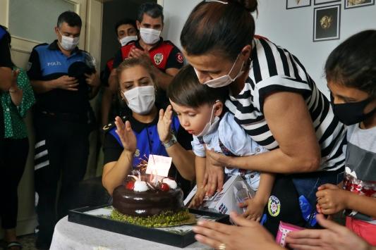 Adana polisinden 3 yaşındaki Ömere sürpriz doğum günü kutlaması