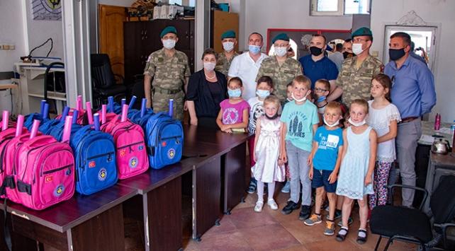 Türk askerinden Kosovalı çocuklara kırtasiye yardımı