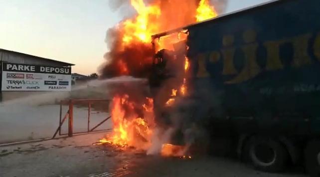 Mobilya yüklü kamyon alevlere teslim oldu