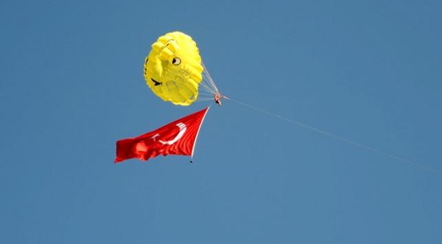 30 Ağustosu dev Türk bayrağı açarak kutladılar