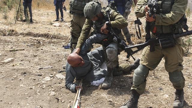 İsrail askerleri, yasa dışı ilhakı protesto eden Filistinlileri darbetti