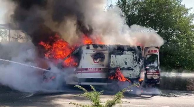 Uşakta hasta nakli yapan ambulans yandı