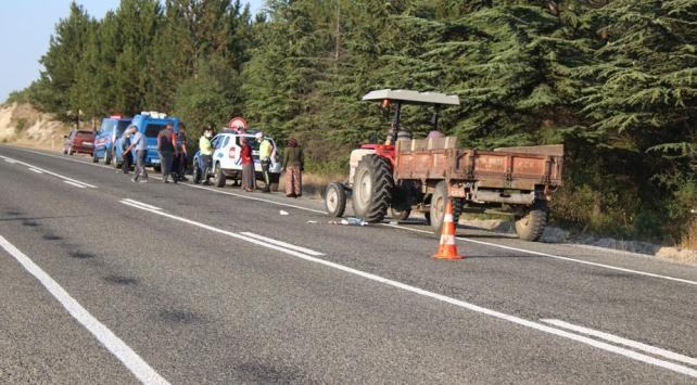 Rüzgarda uçan şapkasını yakalamak isterken traktörden düşüp öldü