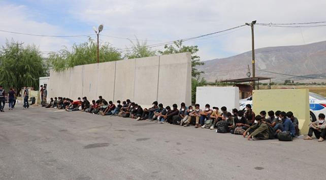 Kamyon kasasında 58 düzensiz göçmen yakalandı