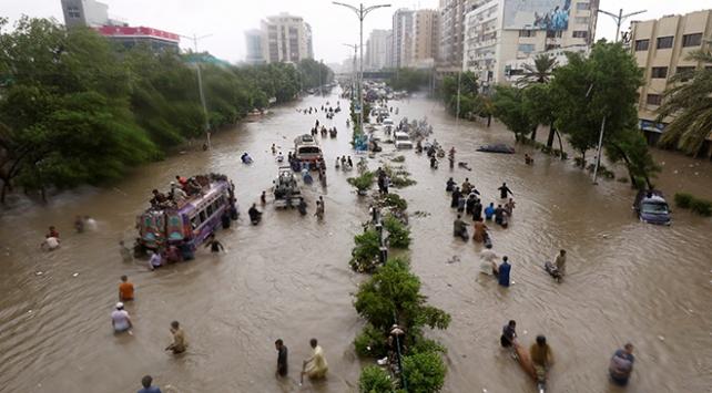 Pakistanda sel ve toprak kaymaları 24 can aldı
