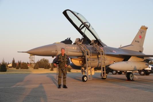 Bakan Akar, yeni uçuş eğitim yılını Egenin kuzeyine yaptığı özel uçuşla açtı
