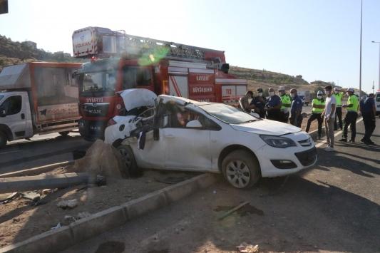 Kayseride otomobil elektrik direğine çarptı: 1 ölü, 2 yaralı