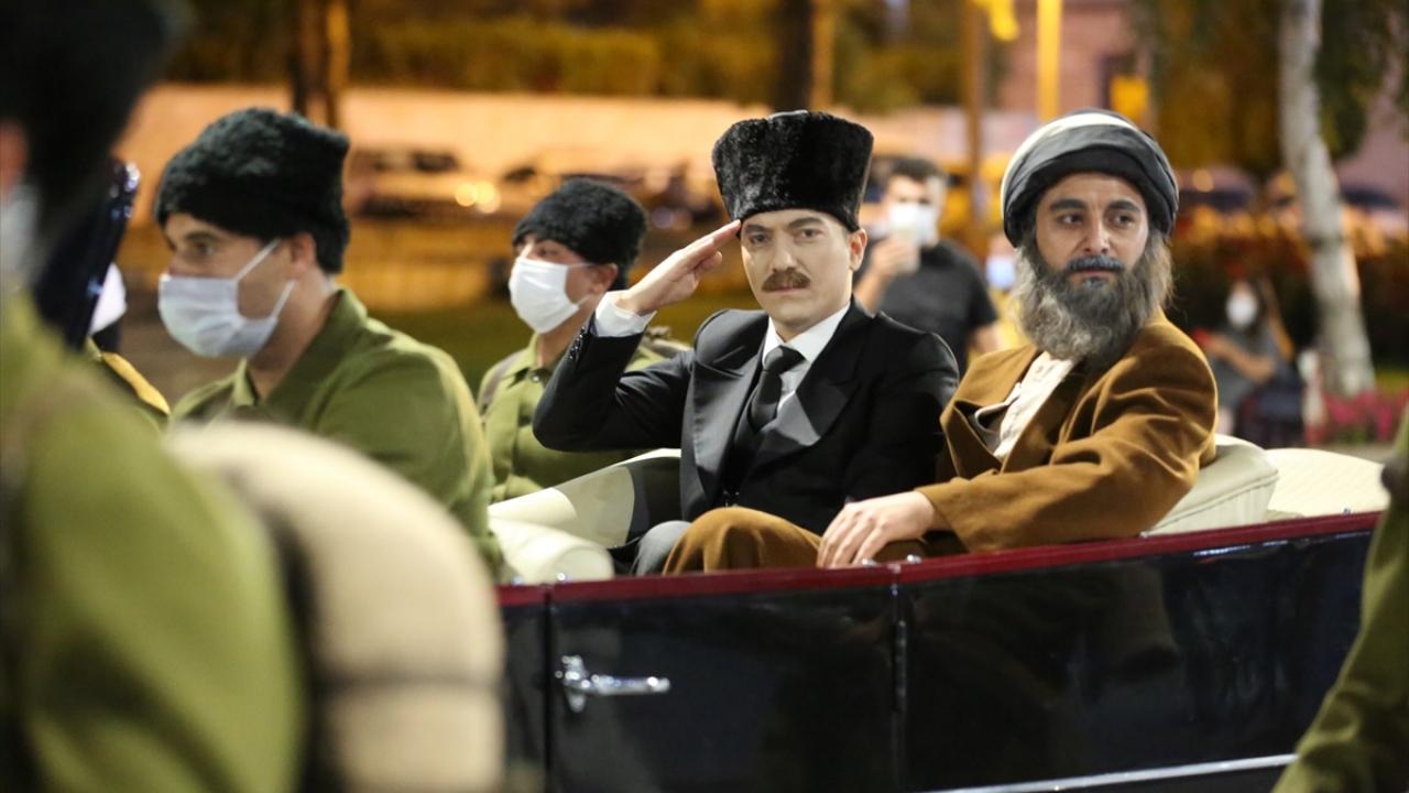 Atatürk`ü canlandıran Devlet Tiyatrosu oyuncusu Abdülsamet Sünbül, atlı birlikler öncülüğünde üstü açık arabayla gelip halkı selamladı.