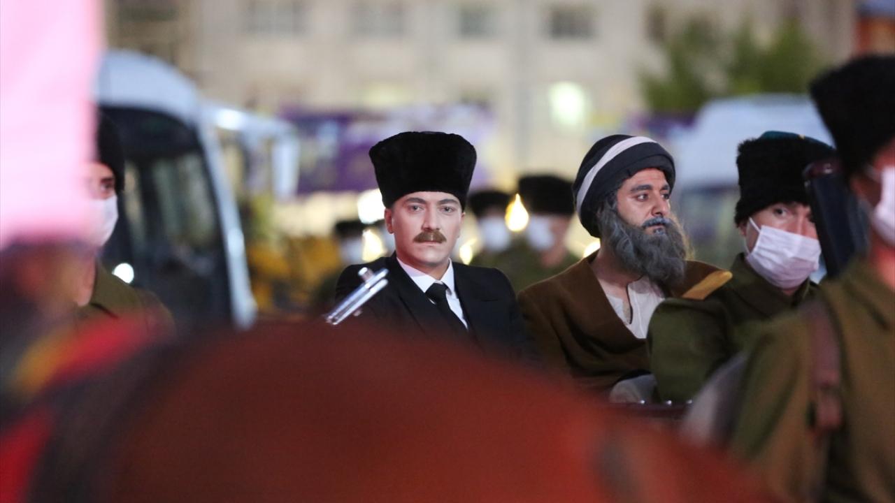 Program, temsili Atatürk`ün vatandaşlarla fotoğraf çektirmesiyle sona erdi.