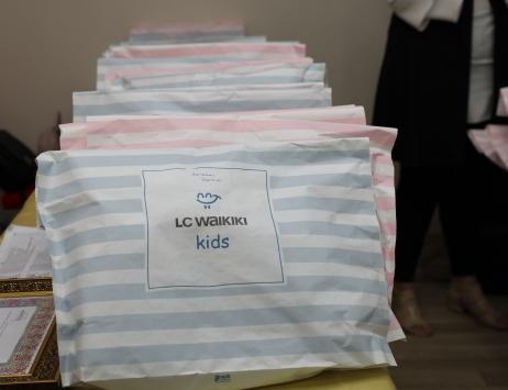 LC Waikikiden Aksaraydaki 6 bin 500 çocuğa giysi yardımı