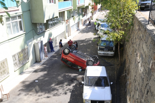 Erzurumda sürücüsünün fren yerine gaza bastığı otomobil istinat duvarından düştü