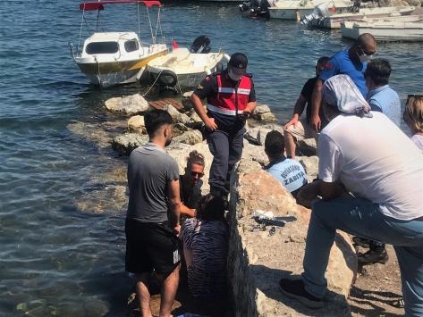 Denize atlarken başını kayalıklara çarpan kişi zabıta ekiplerince kurtarıldı