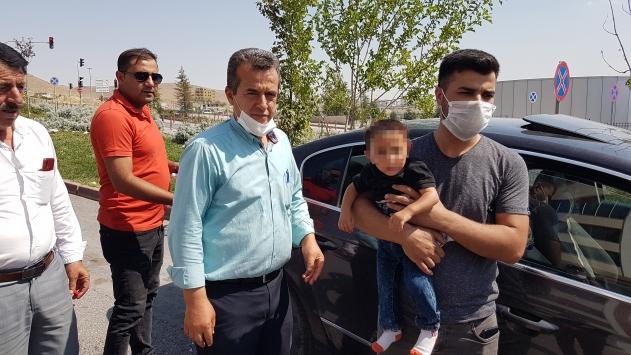 Niğdede otomobilde tek başına ağlayan çocuğu vatandaşlar kurtardı