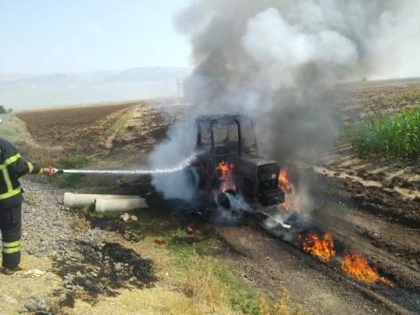Kahramanmaraşta yanan traktörde maddi hasar oluştu