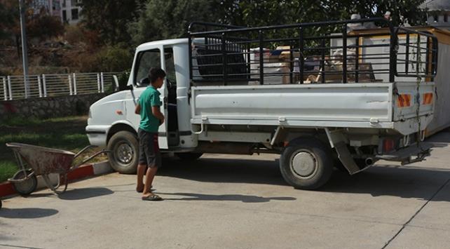 Adanada kamyonet kullanan çocuk sürücüyü polis yakaladı