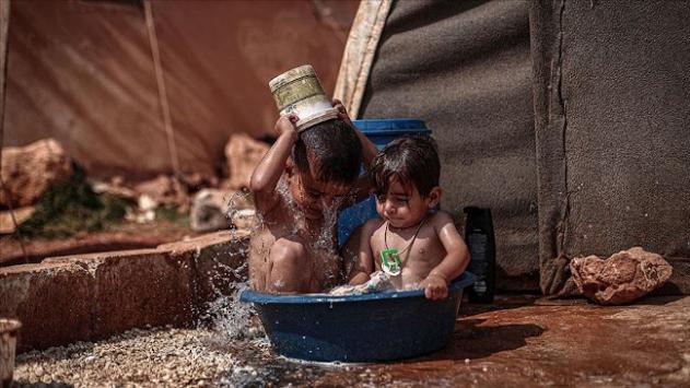 İdlib kamplarındaki siviller kavurucu sıcaklarla mücadele ediyor