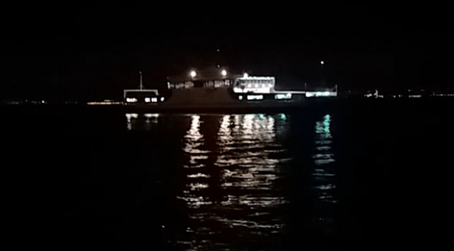 Yalovada dümeni kilitlenen feribot karaya oturdu