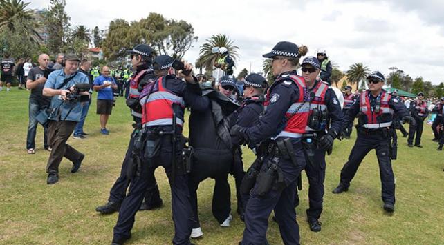Avustralyada koronavirüs protestosunda arbede çıktı