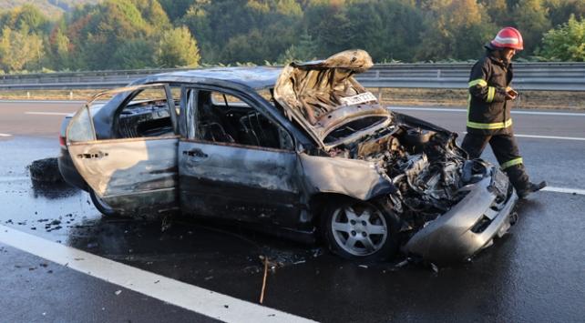 Anadolu Otoyolunda tıra çarpan otomobil tamamen yandı