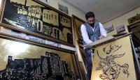 Tarihi Harput Mahallesi'nin asırlık fotoğraflarını ahşaba işliyor