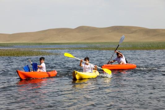 Vanlı doğaseverler çevre farkındalığı için 2600 rakımlı gölde kanoya bindi