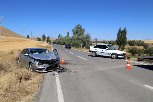 Sivasta otomobiller çarpıştı: 1i ağır 6 yaralı