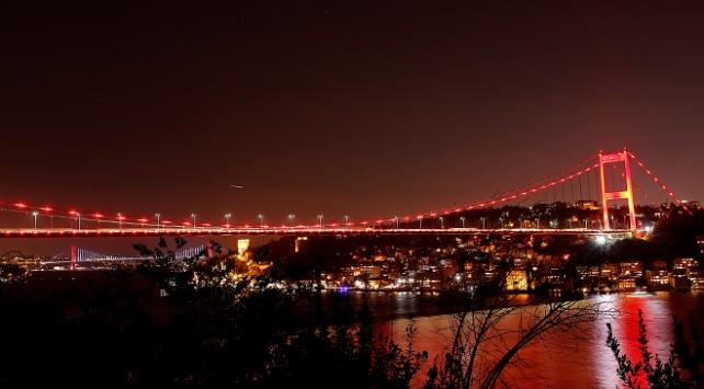 İstanbulda köprüler DMD hastalığına dikkat çekmek için aydınlatıldı