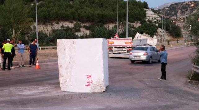 18 tonluk mermer blok tırdan yola düştü