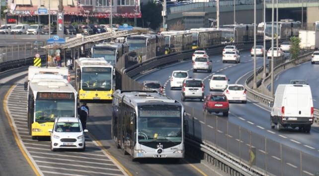 Metrobüs yolunda uzun kuyruklar oluştu