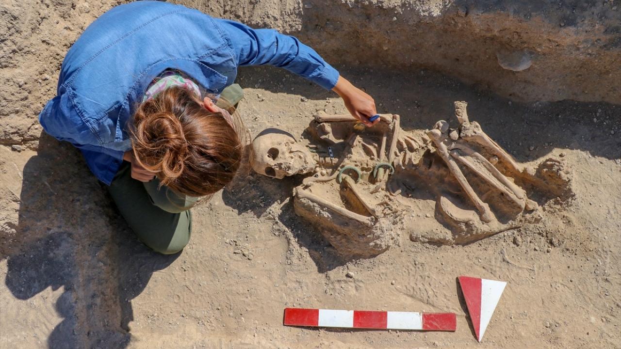 Prof. Dr. Çavuşoğlu, yaptığı açıklamada, 2017`de kazı çalışmalarına başladıkları nekropol alanında çok önemli bilgilere ulaştıklarını söyledi.