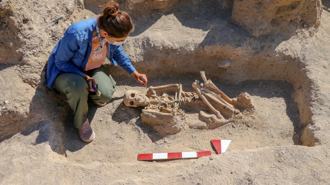 Bu yıl Urartuların ölü gömme adetlerinde takıların önemini bir kez daha anladıklarını belirten Çavuşoğlu, şu bilgileri verdi: