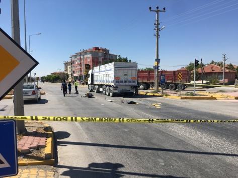 Konyada tırın çarptığı motosikletteki çocuk öldü, annesi yaralandı