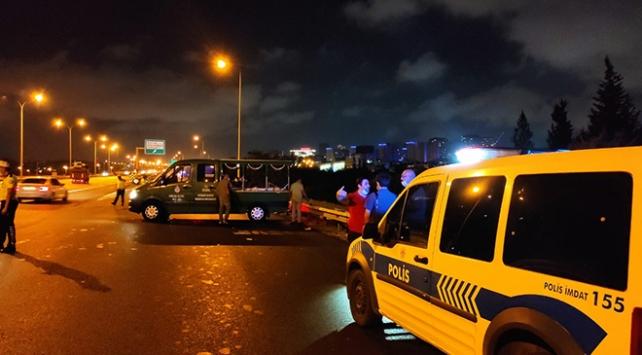 TEMde yolun karşısına geçmeye çalışan iki kişiye otomobil çarptı: 1 ölü, 1 yaralı