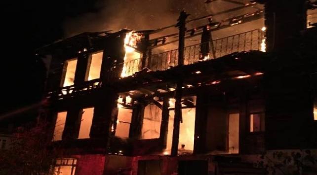 Bartında 2 katlı metruk bina yandı