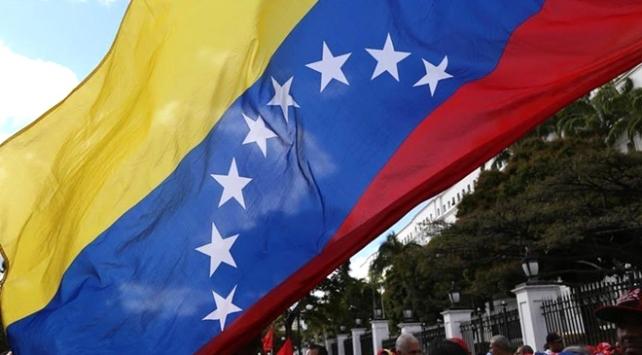 Venezuelada benzin istasyonlarının önünde uzun kuyruklar oluştu