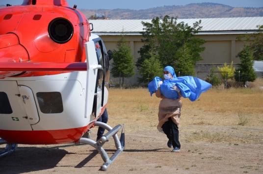 Manisada üzerine sıcak su dökülen bebek, ambulans helikopterle İzmire götürüldü
