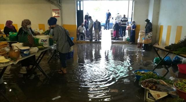 Orduda sağanak nedeniyle semt pazarını su bastı
