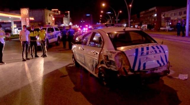 Ankarada polis aracı bariyerlere çarptı: 2 yaralı