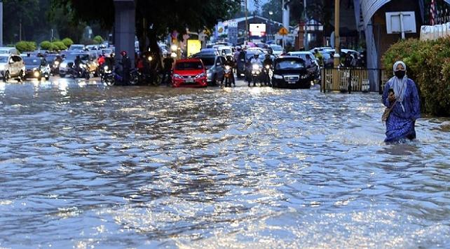 Malezyanın başkenti Kuala Lumpurda sağanak, sele yol açtı