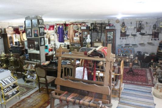 Antika meraklısı emekli bankacının bodrumu neredeyse bir müze