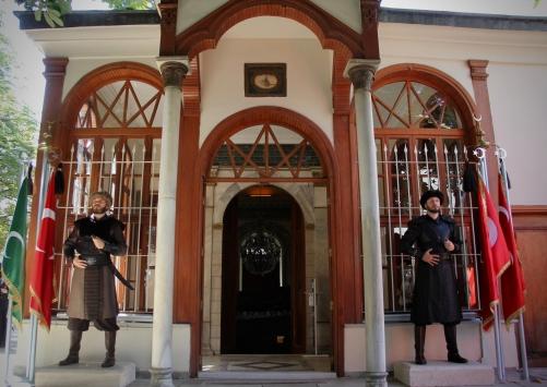 Osmanlı Devletinin kurucusu Osman Gazinin türbesinde saygı nöbeti başladı