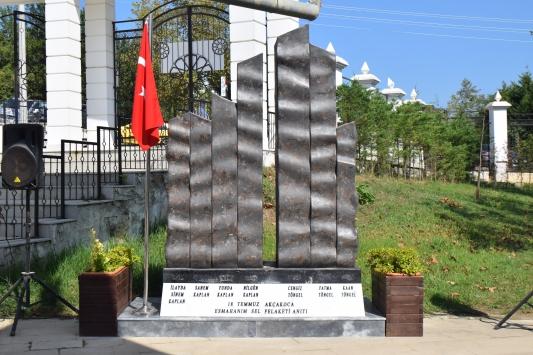 Akçakocadaki sel felaketinde hayatını kaybedenlerin isimleri anıtta yaşatılacak