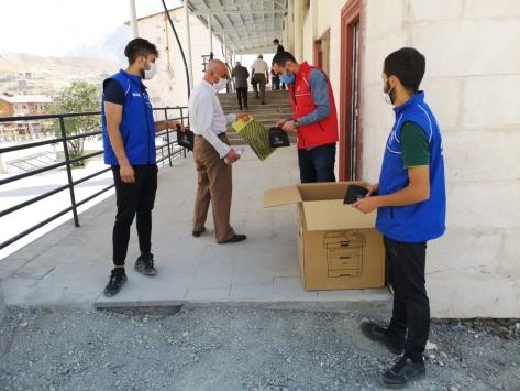 Gönüllü gençler cami önünde tek kullanımlık seccade dağıttı
