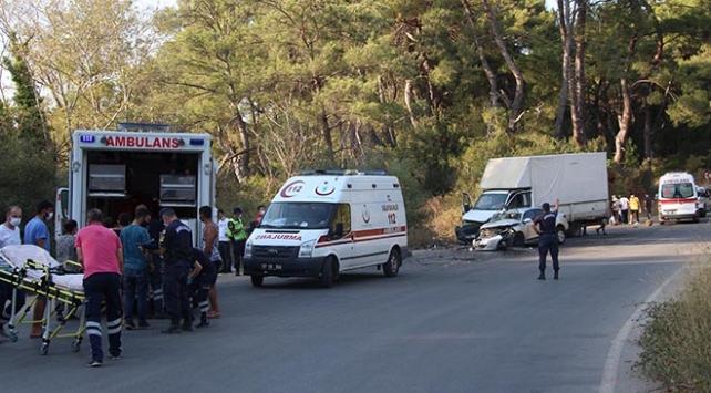 Antalyada otomobil ile kamyonet çarpıştı: 19 yaralı
