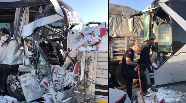 Burdurda yolcu otobüsü park halindeki tıra çaptı