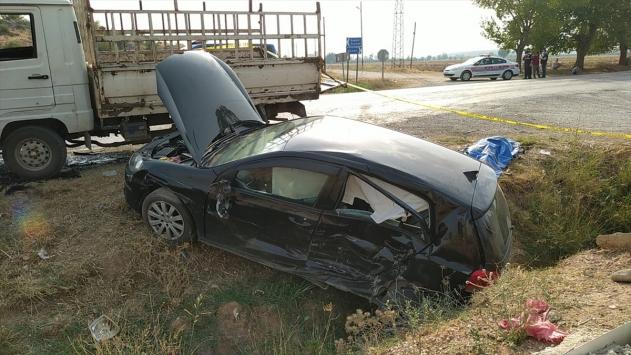 Adanada otomobil ile kamyonet çarpıştı: 2 ölü, 4 yaralı