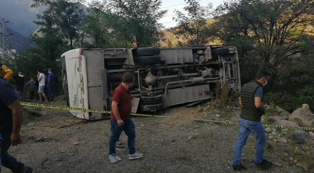 Artvinde maden işçilerini taşıyan otobüs devrildi: 1 ölü, 15 yaralı