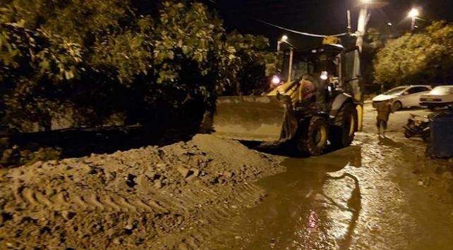 Sağanak ve dolu nedeniyle ev ve iş yerlerini su bastı
